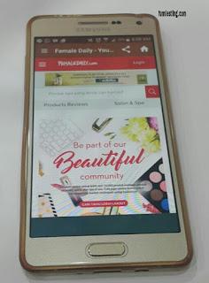 Browsing melalui aplikasi Female Daily dengan smartphone