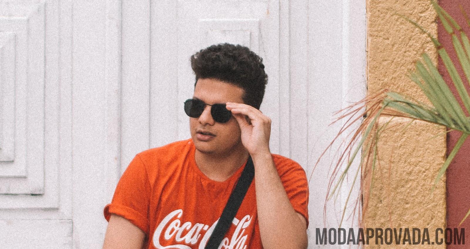Look Masculino com Pochete, Sandalia de Couro, Camiseta Vermelha, Óculos de Sol