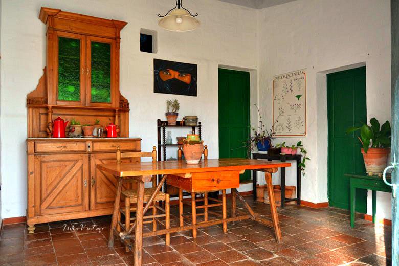 Comedor decorado con muebles antiguos nika vintage for Muebles comedor clasicos