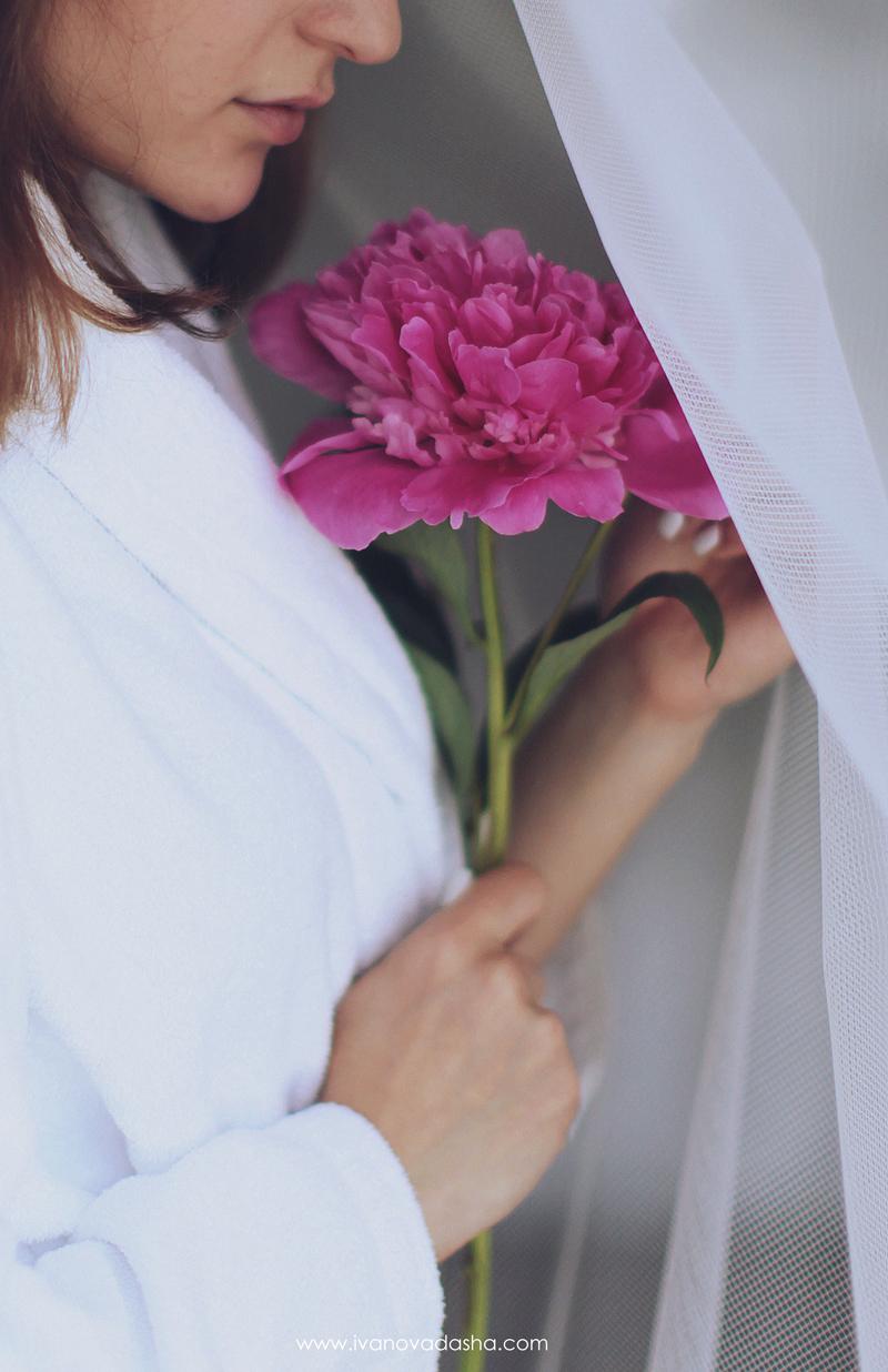 свадебная фотосъемка,свадьба в калуге,фотограф,свадебная фотосъемка в москве,фотограф даша иванова,идеи для свадьбы,образы невесты,фотограф москва,фотосессия невесты,будуарная фотосъемка,пленочная фотография,сборы невесты,файнарт,fine art,нежные сборы невесты с пионами,романтичные сборы невесты,будуарная фотосъемка для девушки,девушка с пионами, сборы в отеле,сборы невесты в отеле,сборы невесты в халате,девушка в махровом халате,Hilton Garden Inn Kaluga,лена на пп,иванова даша,пион около губ девушки