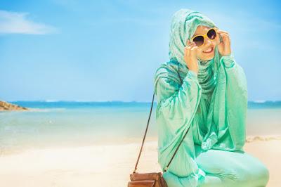 gaya busana hijab ke pantai