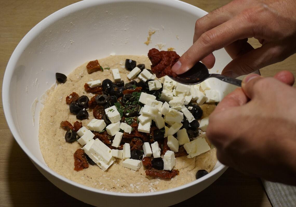Focaccia mit Oliven, getrockneten Tomaten und Schafskäse - Teig und Füllung