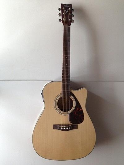 dan guitar Yamaha FX370C