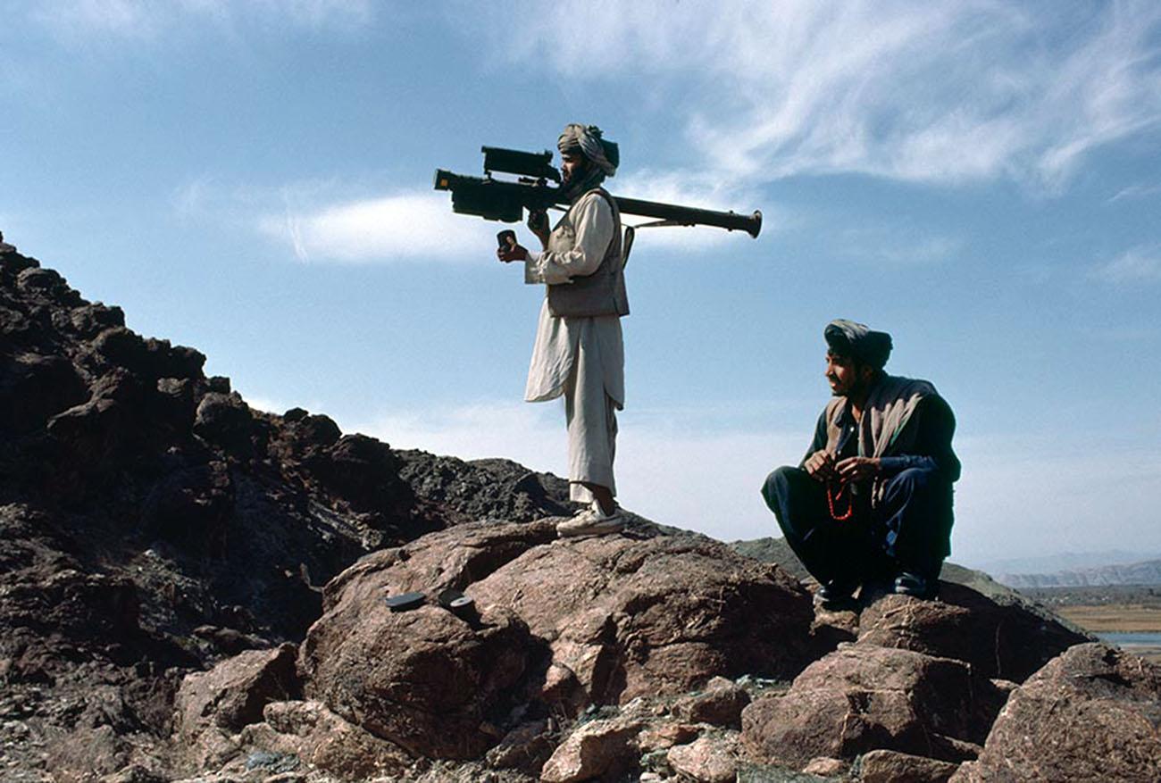 Un mujahideen afgano apunta un misil Stinger FIM-92 a un avión soviético que pasa, 1988