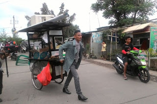 Virral Penjual Baso Yang Berpakaian Ala Kantoran, Rapi!!!