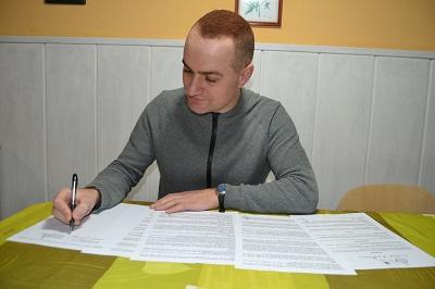 Carlos del Río firma el contrato para la novela El príncipe Eosh