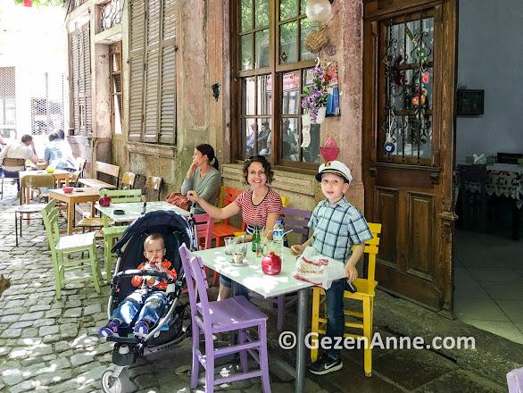 Ayvalık'ın güzel sokak cafelerinde anne çocuk limonata molası, Macaron