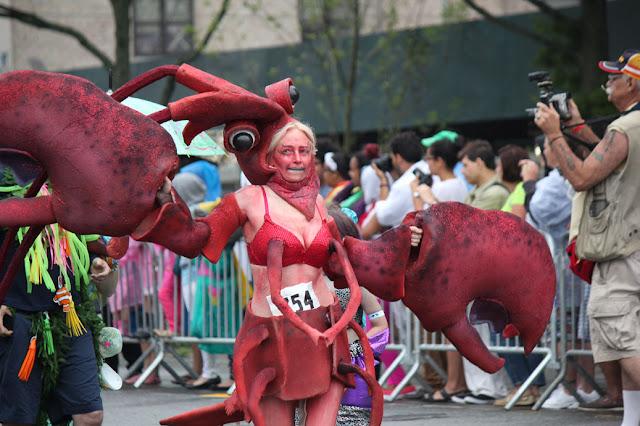 hablemos del popular desfile de sirenas (marmaid parade) en Nueva York