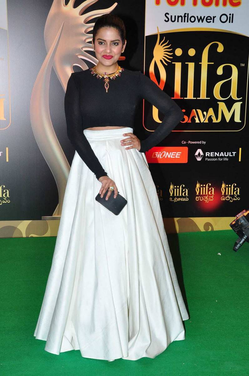 Vishakha Singh Hot Photos In Black Dress At IIFA Awards