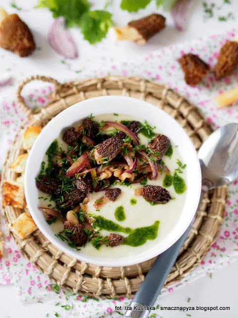 kremowa zupa, biala zupa, zupa jarzynowa z grzybami, grzyby, smardzowki czeskie, verpa bohemica, wiosenne danie, zupa zabielana, grzyby smazone, zielony olej ziolowy, grzybobranie, smardzowka, co na obiad