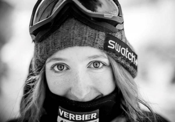 A jovem morreu quando gravava um vídeo descendo em alta velocidade, nos Alpes Suíços (Foto: Facebook/Reprodução)