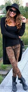 Calças animal print leopardo com t-shir branca e blusão de ganga ou com top e cardigan pretos