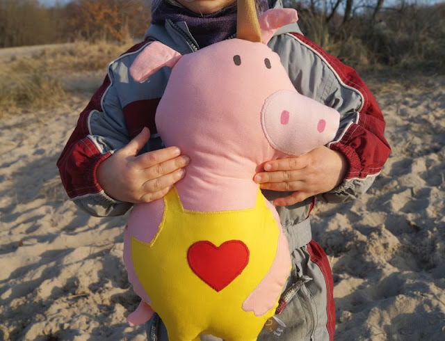 """Phantastische Freunde: """"Emmi und Einschwein"""" von Anna Böhm (+ Verlosung). Für die Einschwein-Puppe hat der Oetinger Verlag eine Nähanleitung bereits gestellt, auf die ich in meiner Rezension verlinke."""