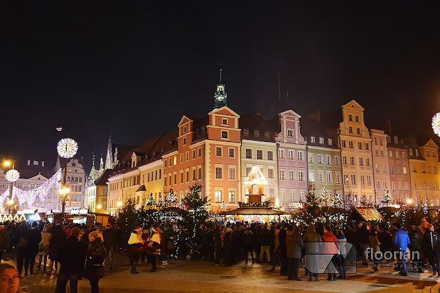 Jarmark Bożonarodzeniowy we Wrocławiu - podświetlony wrocławski rynek