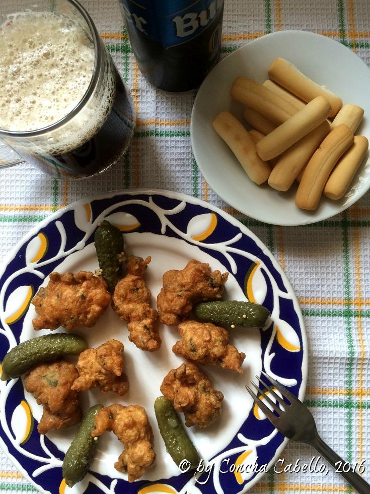 buñuelos-gambas-pepinillos-mesa