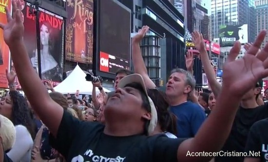 Cristianos cantan alabanzas en el Times Square de Nueva York