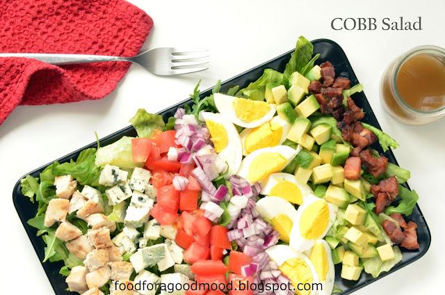 Dziś będzie o tym, jak z przypadkowych składników wykreować kultowe danie ;) Jak głosi legenda, w latach 30-tych ubiegłego wieku, właściciel restauracji Derby - Robert Howard Cobb, targany wilczym głodem, zmieszał ze sobą to, co nawinęło mu się pod rękę w restauracyjnej kuchni. Wszystko okrasił aromatycznym sosem winegret i w ten prosty sposób powstała słynna na całym świecie Cobb salad.   W prostocie siła! Sposobem na zapamiętanie wszystkich składników jest skrót EAT COBB, czyli: Egg, Avocado, Tomato, Chicken, Onion, Bacon i Blue cheese :)  Polecam, jest znakomita! :)