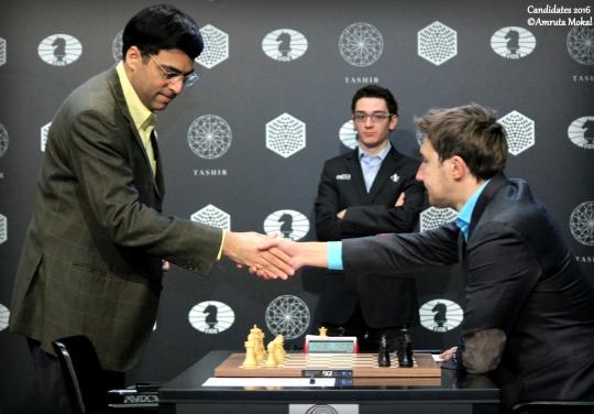 La poignée de mains entre Viswanathan Anand et Sergey Karjakin lors de la ronde 11 - Photo © Amruta Mokal