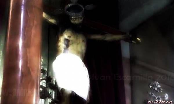 Phép lạ: Tượng Chúa Jesus 'mở mắt'