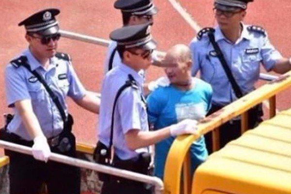 Λαϊκό δικαστήριο με 10.000 «θεατές» καταδίκασε και εκτέλεσε 8 εμπόρους ναρκωτικών