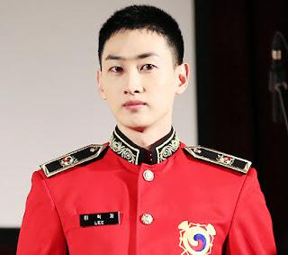 Gantengnya Eunhyuk SuJu Saat Foto Bareng Teman Militer