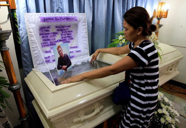 Image Attribute: Zendey Celestino views the body of her husband Neptali Celestino, who was killed in a police anti-drugs operation in Pasig city, metro Manila, Philippines September 15, 2016. Picture taken September 15, 2016.  REUTERS/Romeo Ranoco