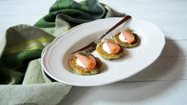 Placuszki ziemniaczane z cukinią i łososiem