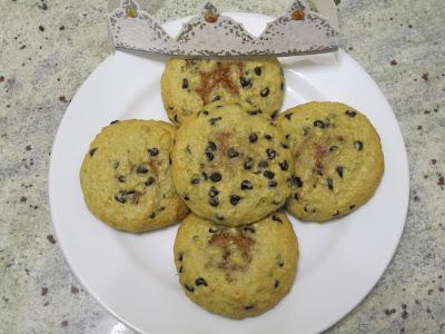 Cookies des rois coeur frangipane à la cacahuète sur assiette avec couronne