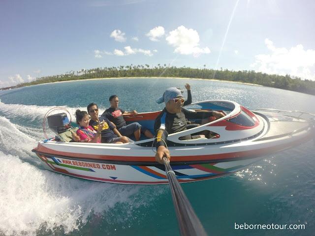 Bertemu whaleshark bisa dengan speedboat atau kapal