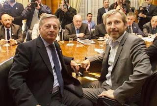 """En una conferencia de prensa conjunta de los ministros Rogelio Frigerio (Interior) y Juan José Aranguren (Energía y Minería), el Gobierno anunció la marcha atrás parcial del aumento en la tarifa de gas, que comenzó a aplicarse en abril. Aunque no precisaron los números, ambos funcionarios, que actuaron por órdenes del Presidente, según dijo Frigerio, explicaron que la suba en la Patagonia para los hogares no podrá superar el 400%, muy por debajo del ajuste superior al 1000% que denunciaron algunos gobernadores. Ese tope """"está en línea con otros incrementos registrados en el país, que no superaron el 400% para los consumos residenciales"""", explicó Aranguren."""