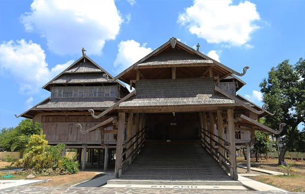 Nusa Tenggara Barat selain dikenal memiliki eksotisme alam yang luar biasa indah Rumah Adat NTB (Istana Dalam Loka), Gambar, dan Penjelasannya