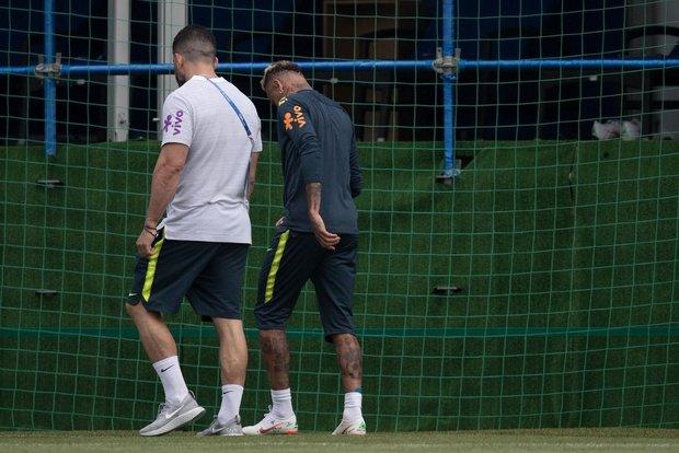 Neymar sente dores no tornozelo e deixa treino da Seleção Brasileira mancando
