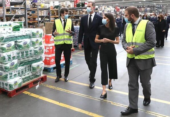 King Felipe and Queen Letizia visited the Coslada Transport Center. Queen wore Hugo Boss blouse, Boss pants and Boss shoes