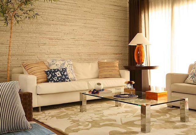Decoração de sala de estar clara com parede canjiquinha filete