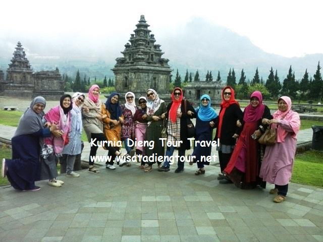 foto wisatawan ibu-ibu di candi dieng