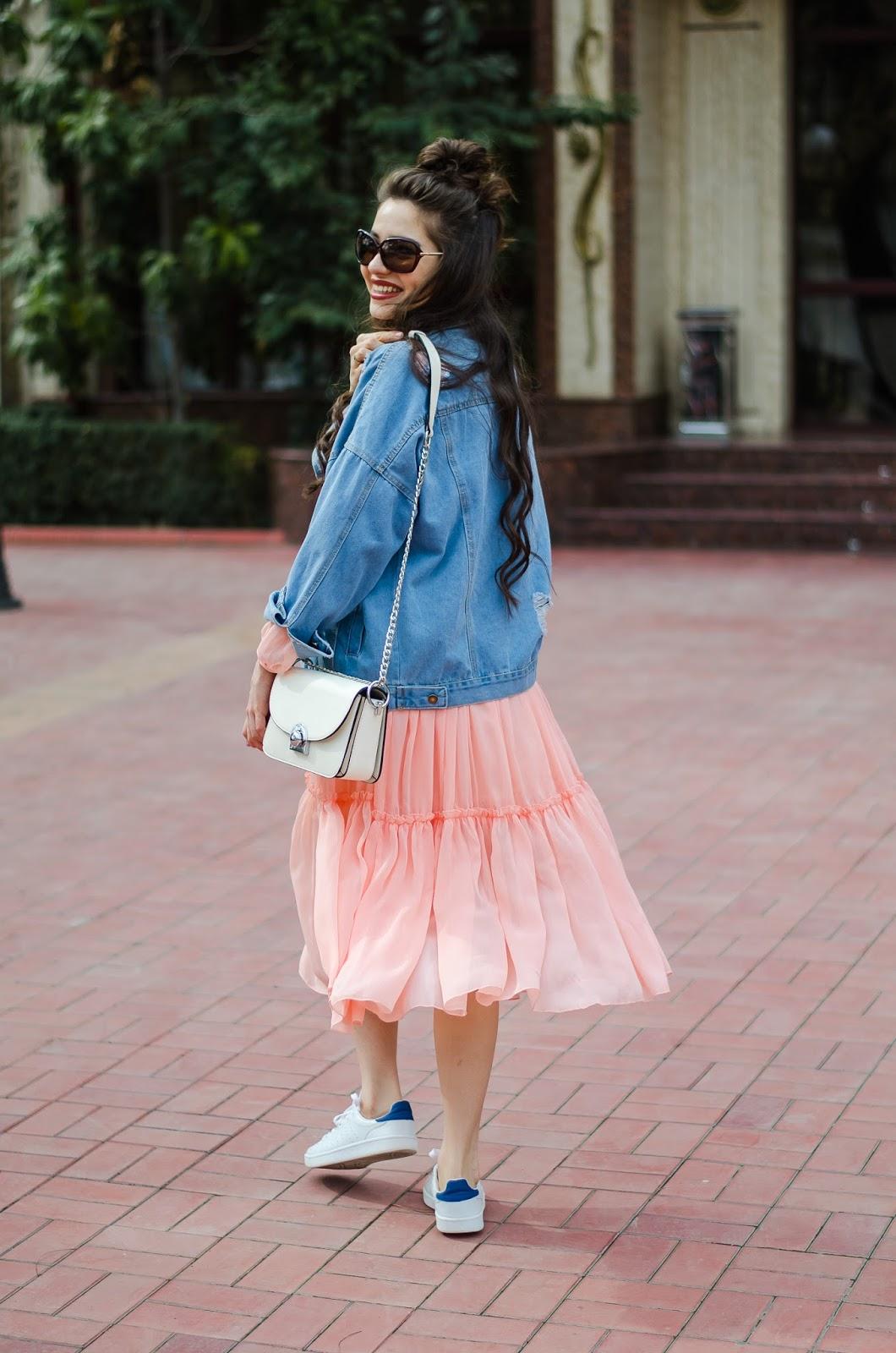 fashion blogger diyorasnotes diyora beta pink midi dress ruffles white sneakers denom jacket romwe white bag curly hair