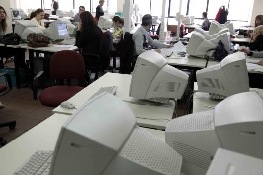 ΕΛΣΤΑΤ: Μειώθηκαν στο μισό οι κενές θέσεις εργασίας