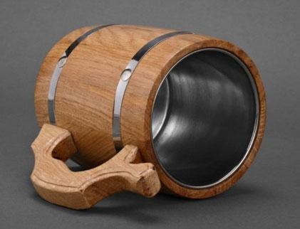Jarra de madera con interior de acero inoxidable.