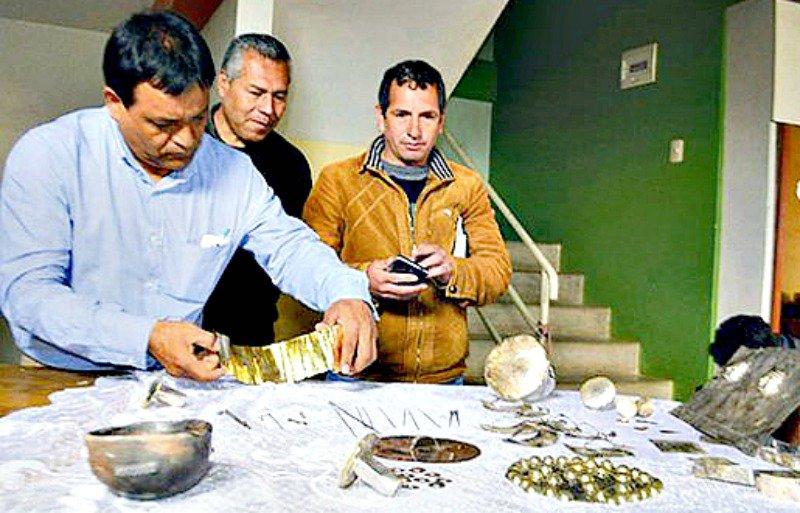 El alcalde provincial observando algunos de los artefactos. El señor Aníbal Pedraza Aguilar se comprometió ante la prensa y los vecinos del lugar a gestionar con el Ministerio de Cultura de Perú la conservación y exploración de esta nueva zona arqueológica, ahora descubierta.