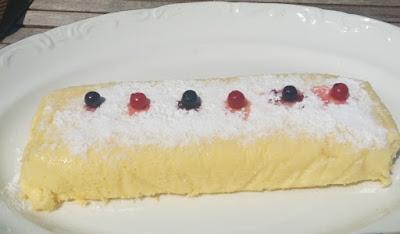Pastel de queso blanco suave y esponjos