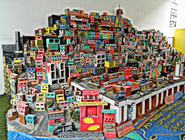 Favela em miniatura do Projeto Morrinho, no MAR - Museu de Arte do Rio