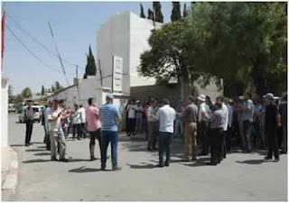 وقفة احتجاجية كبيرة أمام الدائرة البلدية رفراف الشاطئ ( ظهر عياد و الحماري)
