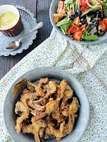 Costillas de conejo con pan rallado de maíz y all i oli de manzana