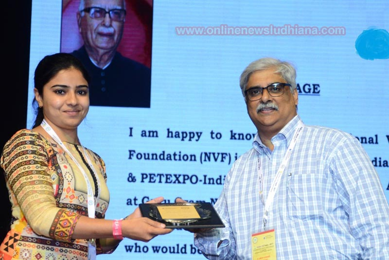 Dr. Shabnam Sidhu receiving Young Scientist Award for her research work at Indian VETopia 2017