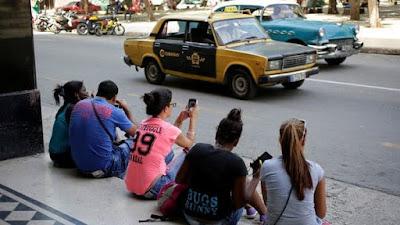 """Los cubanos solo consumen información de los medios nacionales, todos bajo control del régimen. Ello determina qué noticias publicar, por una política que esconde lo que le resulta inconveniente. Recientemente, se presentó el voto sobre la Constituyente en Venezuela como una """"victoria ejemplarizante"""" que transcurrió """"con normalidad y gran afluencia de personas"""", reseña Infobae.  Del mismo modo se hilvanan discursos donde las protestas no son manifestaciones de los venezolanos contra Nicolás Maduro, sino """"hechos de violencia"""" organizados por los Estados Unidos con """"terroristas alentados por la derecha"""".  Tras el inicio de las protestas de los venezolanos, un medio independiente con sede en Miami, Cubanet, publicó un reportaje que explica los motivos de la desinformación de los cubanos sobre la crisis en Venezuela.  Jessica White, analista de Freedom House, una organización que observa la libertad de prensa en el mundo, aseguró que Cuba muestra """"un panorama de la información totalmente controlado por el gobierno: la gente tiene acceso a noticias que están condicionadas y sesgadas por las prioridades políticas del Estado"""".  Los medios estatales cubanos están llenos de historias que engrandecen al régimen de Maduro, al tiempo que construyen teorías conspirativas sobre la injerencia de los Estados Unidos en la crisis venezolana. """"La censura de temas delicados y la falta de contenido diverso afecta la capacidad de los ciudadanos de informarse de un modo pleno y equilibrado"""", explica White."""