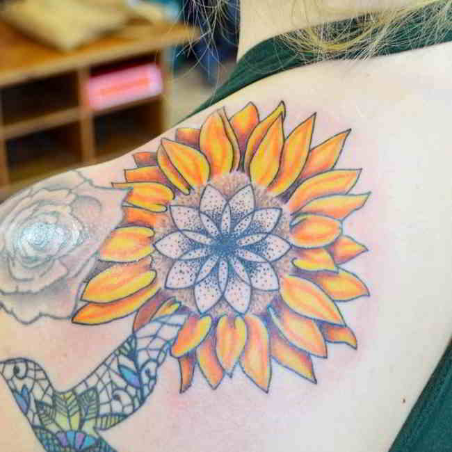 tatuaje de girasol en el omoplato