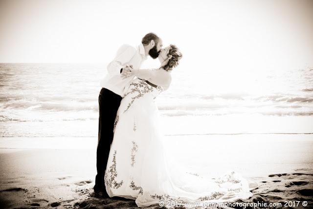 photo de mariés qui s'embrassen,t en sépia au bord de la mer