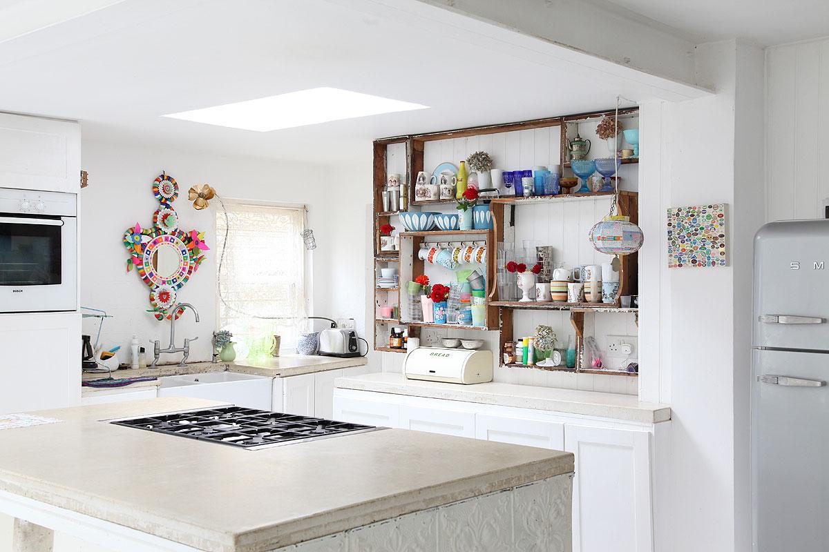 biała kuchnia, styl rustykalny, kolorowa zastawa