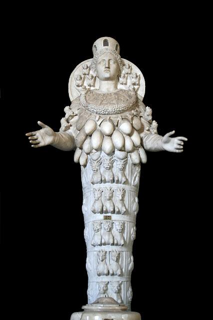 Quant à son buste qui la rend si célèbre, il est orné d un collier à  pendentifs et sa poitrine est recouverte de protubérances qui lui ont valu  le surnom de ... 5d7d923180d7