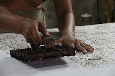 Menyusun motif batik cap